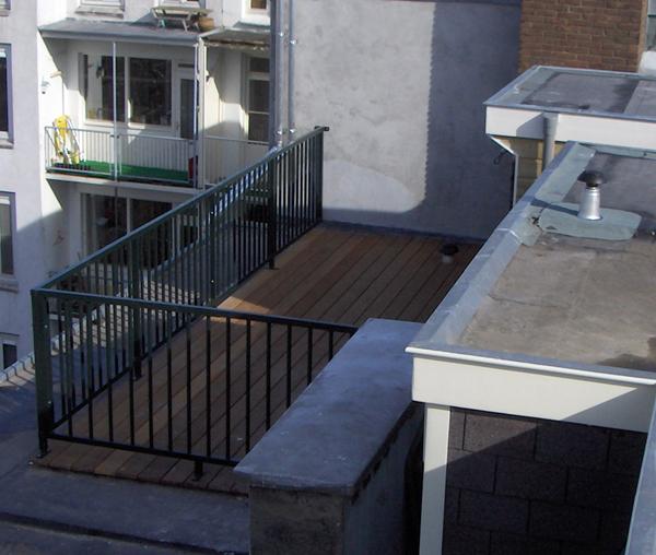 Dakterrassen worden gerealiseerd op ongebruikte dakvlakken.<br>Geen tuin maar toch een mooie plek om van de zon te genieten.